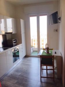 vista cucina e balcone